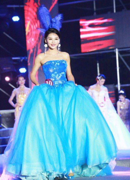 2017世界旅遊小姐中國總決賽,來自山西的佳麗荊文蓮獲得冠軍,圖為荊文蓮晚裝秀。...