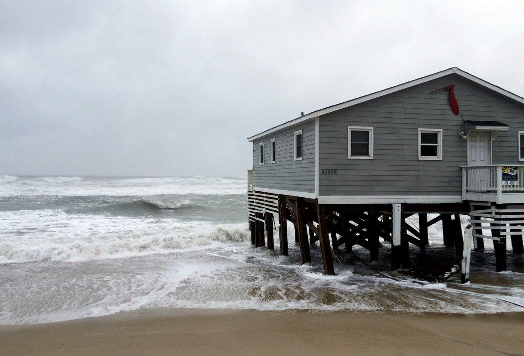 熱帶颶風瑪莉亞27日使美國北卡州外灘沿岸的一間民宅被海水包圍。美聯社