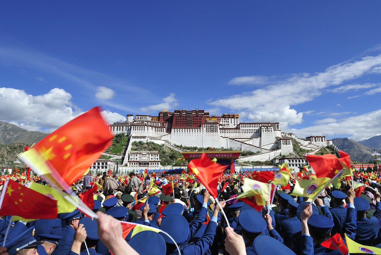 中共19大之前,中國禁止外國人入藏,圖為布達拉宮前慶祝西藏自治區成立50周年的資...