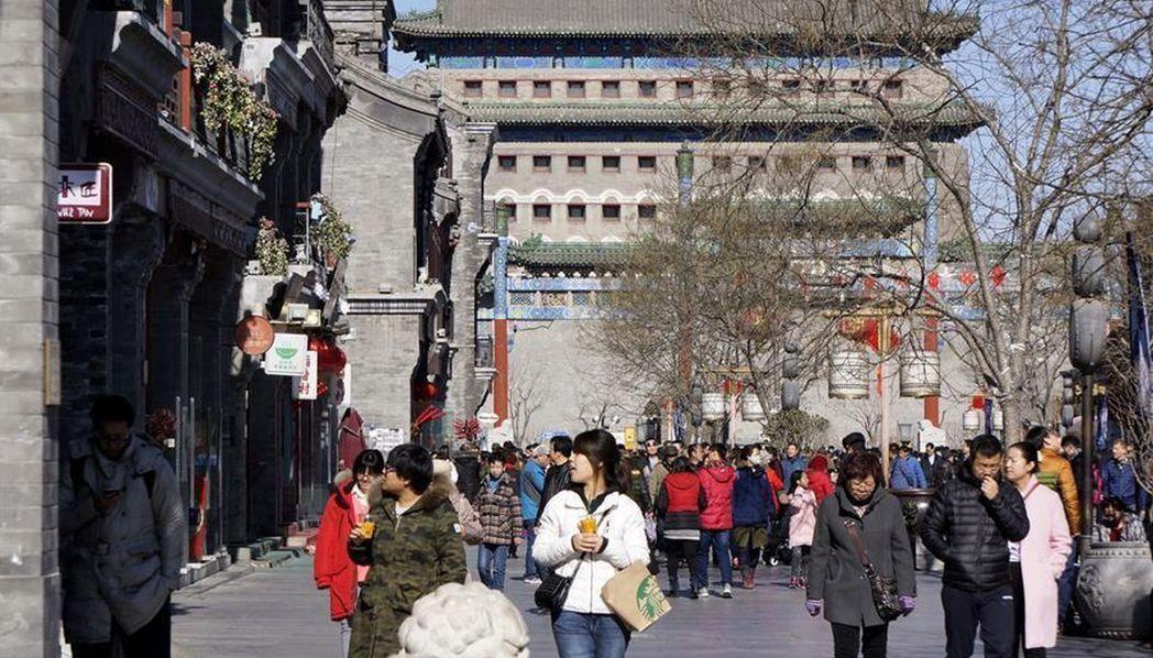 北京城市總體規畫批覆提出老城不能再拆「應保盡保」,圖為大批民眾經過北京前門街。(...