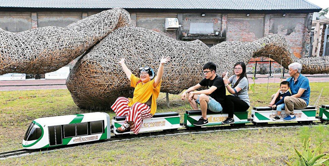 「哈瑪星駁二線小火車」每天出來執勤的車種不同,帶給民眾驚喜。 記者劉學聖/攝影