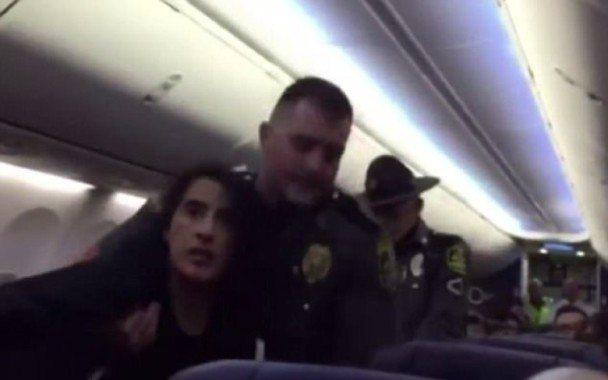 警員把女客強行拖下機。(互聯網圖片)