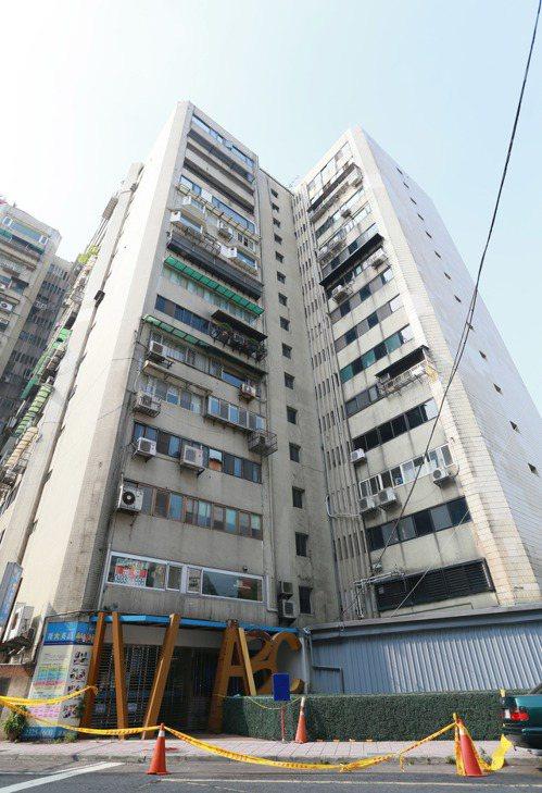 台北市議員李新今天凌晨5點左右在北市安和路墜樓身亡,警方調查,李新是從11樓前妻...