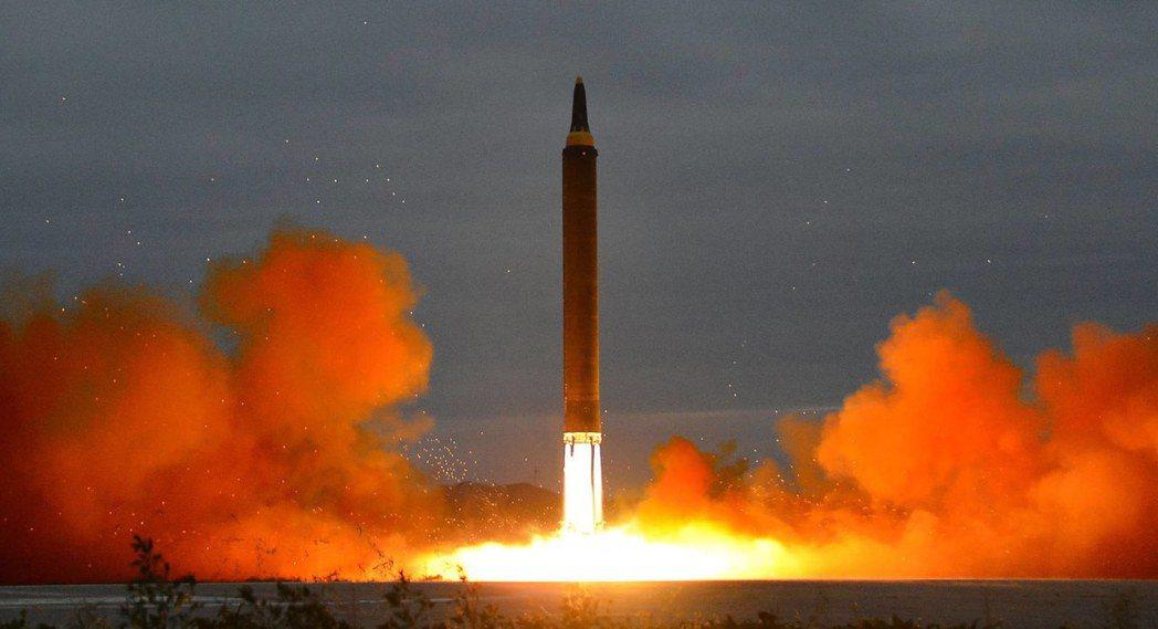 圖為八月底北韓官方公布試射的彈道飛彈照片。歐新社