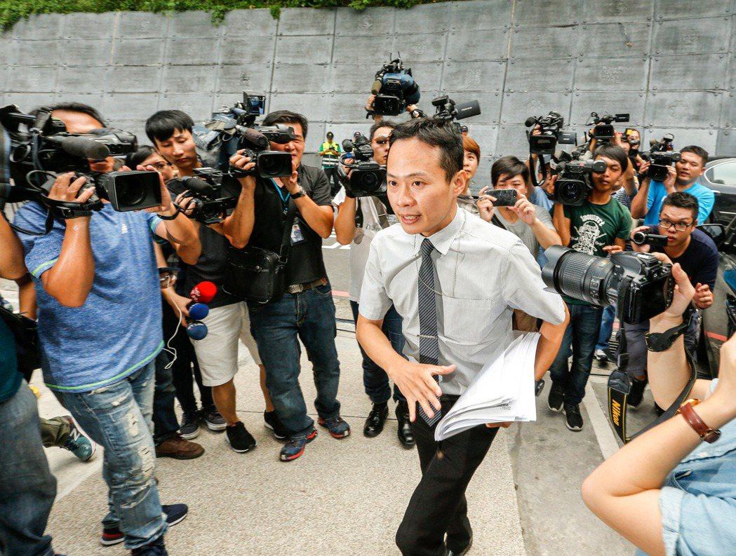 北檢外勤檢察官陳建宏下午兩點多到解剖中心相驗李新的大體。記者鄭超文/攝影