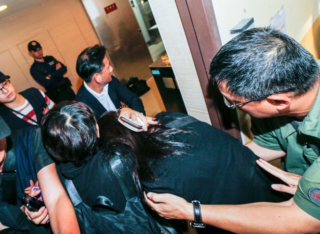 李新的前妻在大家護衛下進入解剖中心。記者鄭超文/攝影