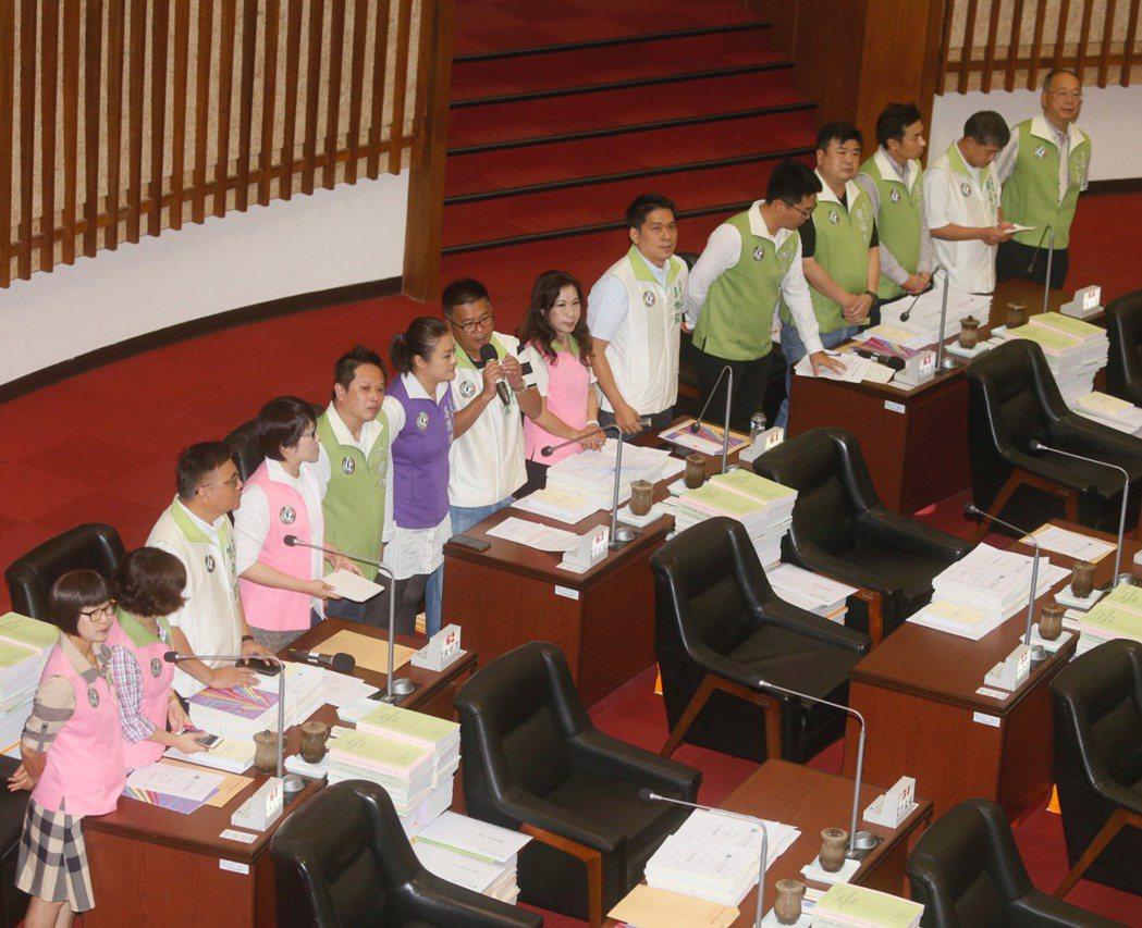 民進黨高雄市議會黨團議員們一字排開28日在高雄市議會聯合質詢。 中央社