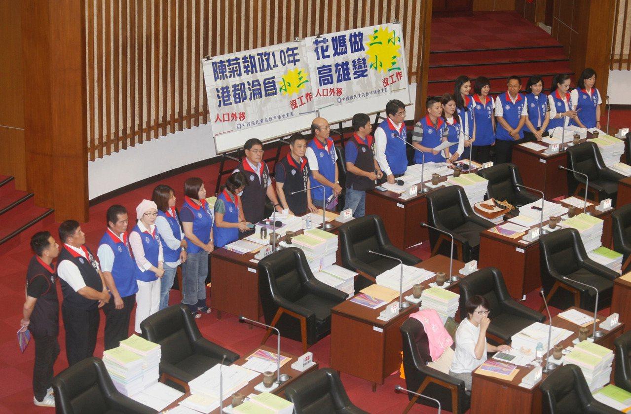 中國國民黨高雄市議會黨團20餘名議員,28日批評於高雄市人口被台中市超越淪為「小...