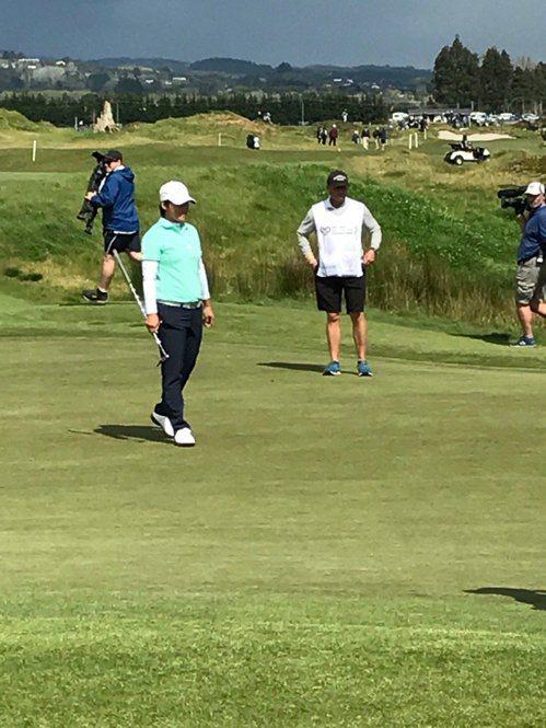 曾雅妮(左)在LPGA紐西蘭賽首輪出賽。 擷圖自Charles Finny推特