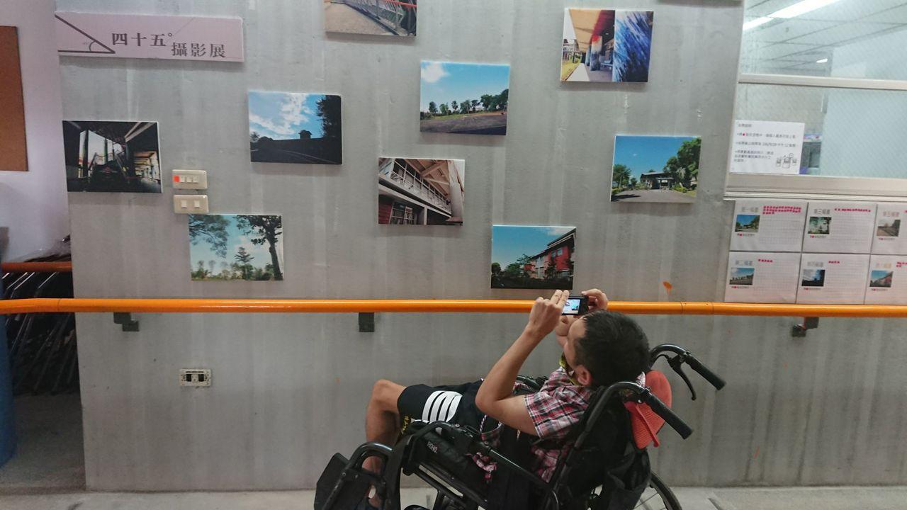 伊甸宜蘭教養院的院民「阿暢」因腦麻,斜躺輪椅裡,用相機拍照只能45度,院方集合作...