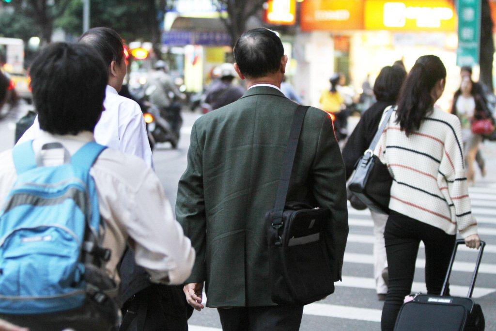 隨人口高齡化,105年平均退休年齡58.6歲,較104年續增0.5歲。 本報系資...