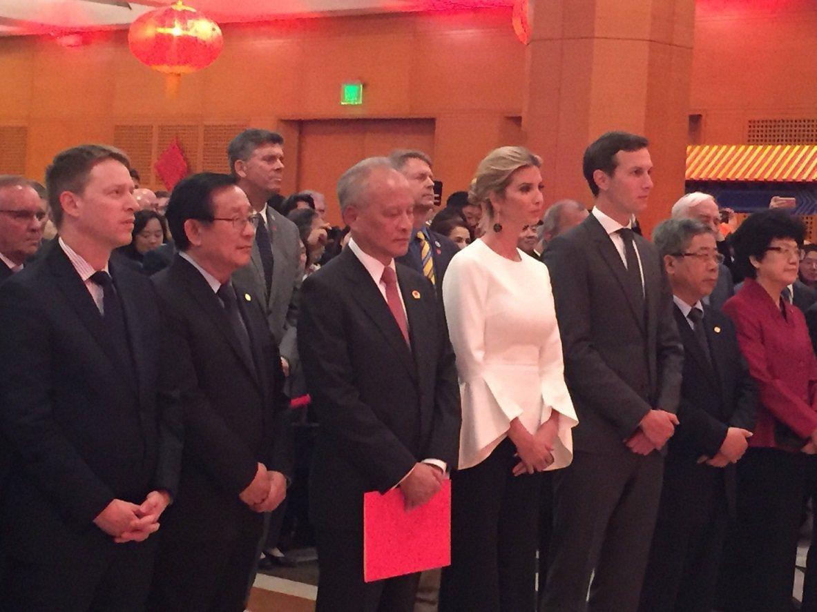 中國駐美大使崔天凱(手持紅本子)就站在伊凡卡旁。左一為國安會亞洲事務資深主任博明...