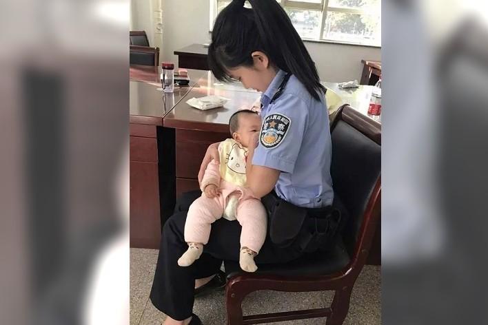 女法警接受採訪時表示,自己也剛成為母親,能感同身受,見到寶寶餓哭,每一位母親都會...