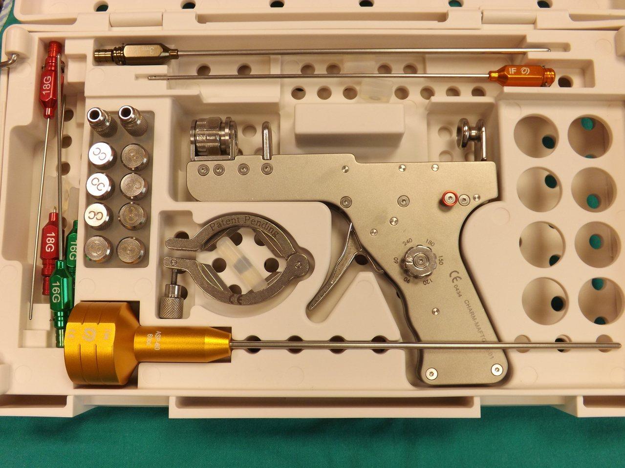 醫師以脂肪槍進行自體脂肪手術 圖/馬偕紀念醫院