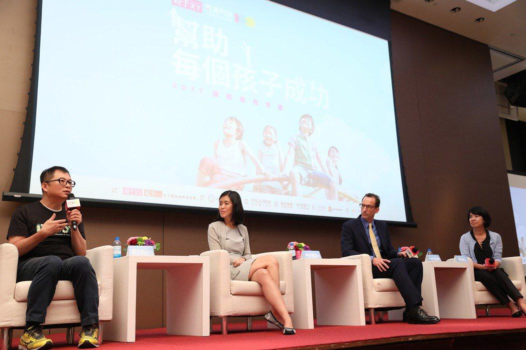 成功大學資工系教授蘇文鈺(左起)、為台灣而教創辦人劉安婷、《幫助每一個孩子成功》...