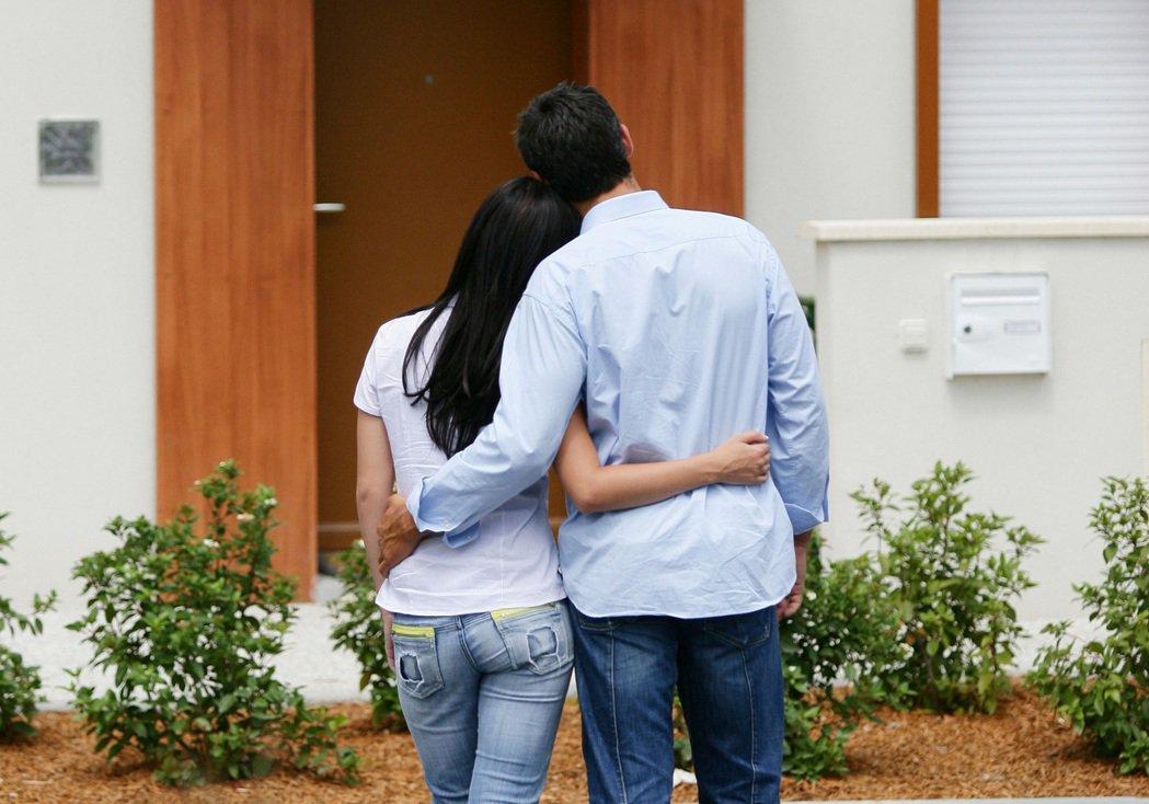男網友住進女友家裡被要求付房租,他抱怨要求房子「共同登記」被拒,反遭其他網友噓爆...
