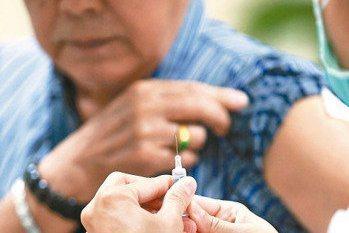 流感季將至,疾病管制署呼籲民眾踴躍接種公費疫苗。 本報資料照