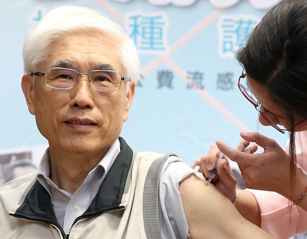 公費流感疫苗即將於十月一日開打,圖為去年時任衛福部長的林奏延擔任領頭羊,呼籲民眾...