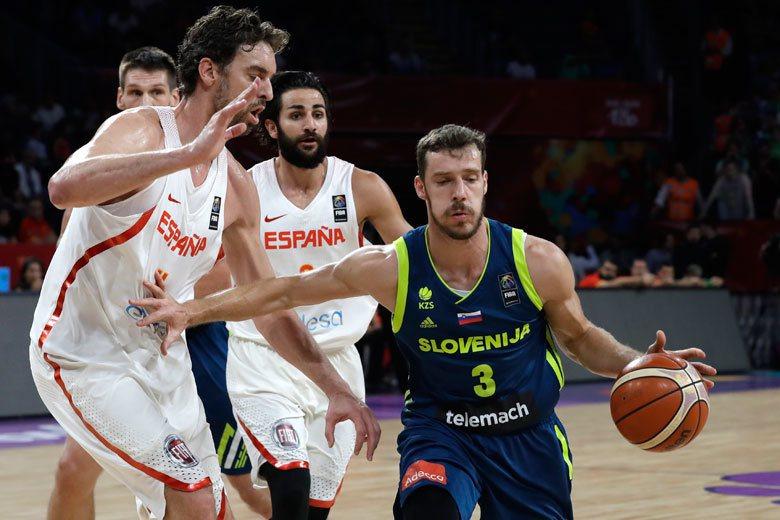 德拉基奇(右)在對西班牙之戰技壓加索(左),個人有15分6籃板5助攻的演出。 美...