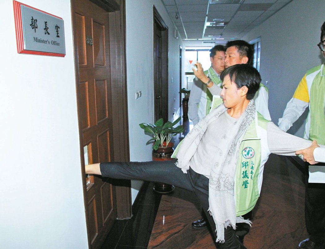 立委邱議瑩2013年踹破法務部長室大門。 本報資料照