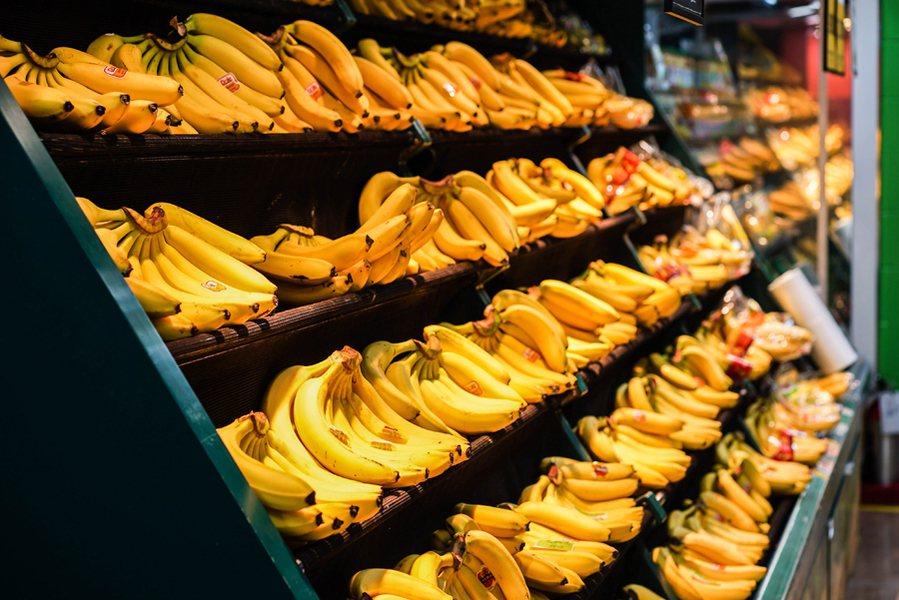 農委會主委林聰賢預估,10月蕉價會逐漸回升,未來將公開「下苗總量」讓蕉農知道種了...