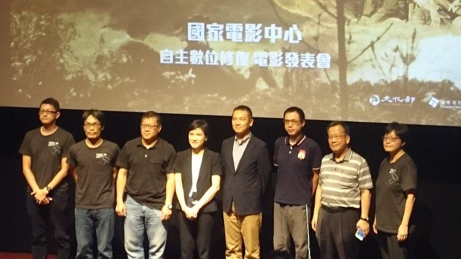 文化部長鄭麗君(左四)和國家電影中心執行長(右四),共同出席台灣自主數位修復電影...