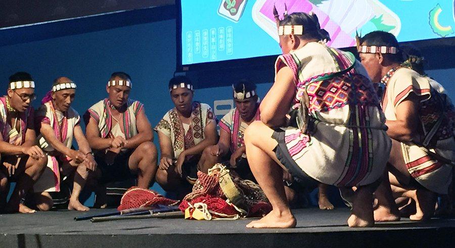 部農族音樂團以母語演唱狩獵歌謠,帶領聽眾身歷其境狩獵生活。(photo by林晏...