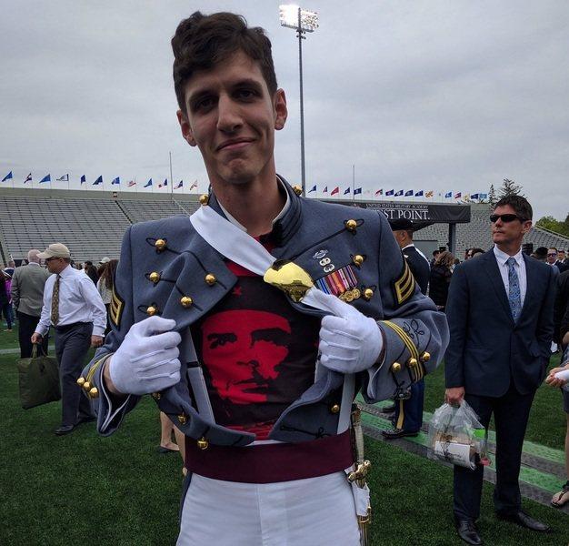 美國陸軍官校畢業生在身著制服時公開表達政治立場,引發爭議。(photo by 自...