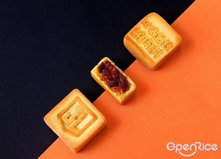 ▲撕開包裝後,鳳梨酥上則印有浮凸、清楚可見的「JL」盾牌及「地表最強燒肉丼」字樣...