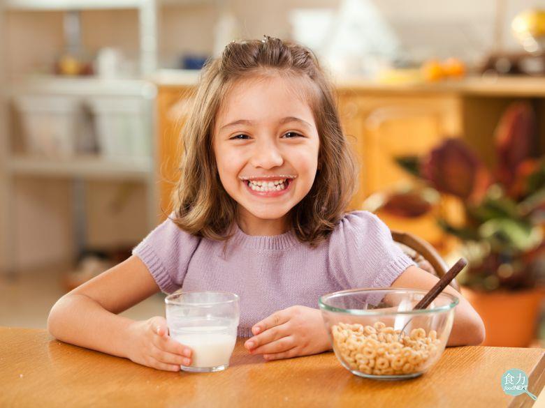 許多孩子在吃早餐時,缺乏攝取水果、乳製品與全穀物,甚至會選擇油膩的漢堡、薯條作為...