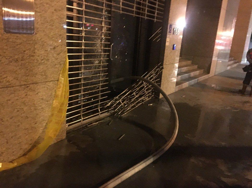 新光人壽4樓陽台凌晨起火,消防局破壞一樓鐵門入內。記者李承穎/攝影