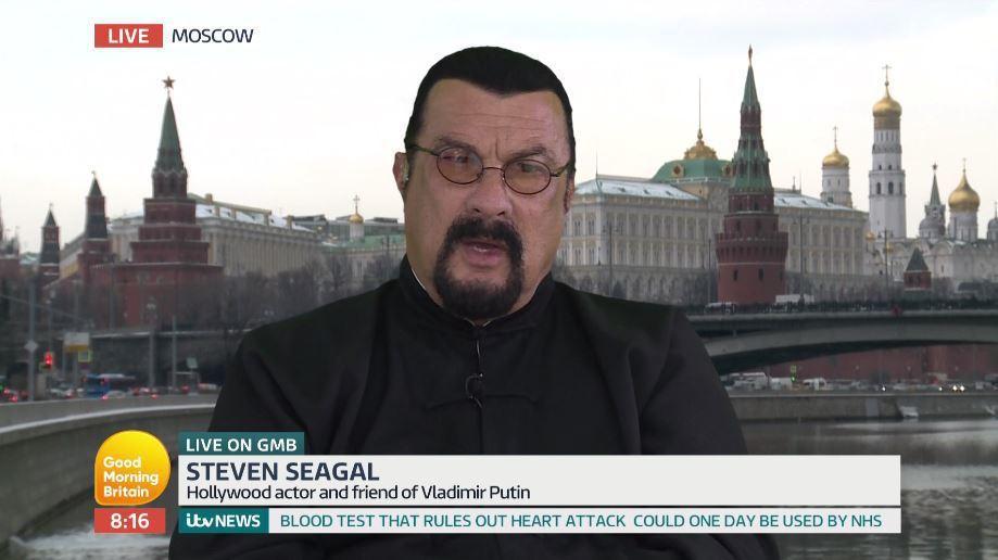 史蒂芬席格在莫斯科接受電視連線訪問,引來網友譏諷。圖/翻攝自ITV