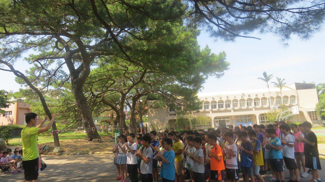 苗栗縣頭份市斗煥國小學童昨天在樹下吹奏直笛,為老松樹祈福。記者范榮達/攝影