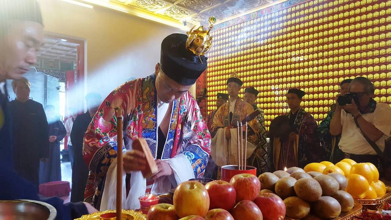 日月潭文武廟的漢白玉月老像以道教儀式,引日光折射人殿開光。記者黑中亮/攝影