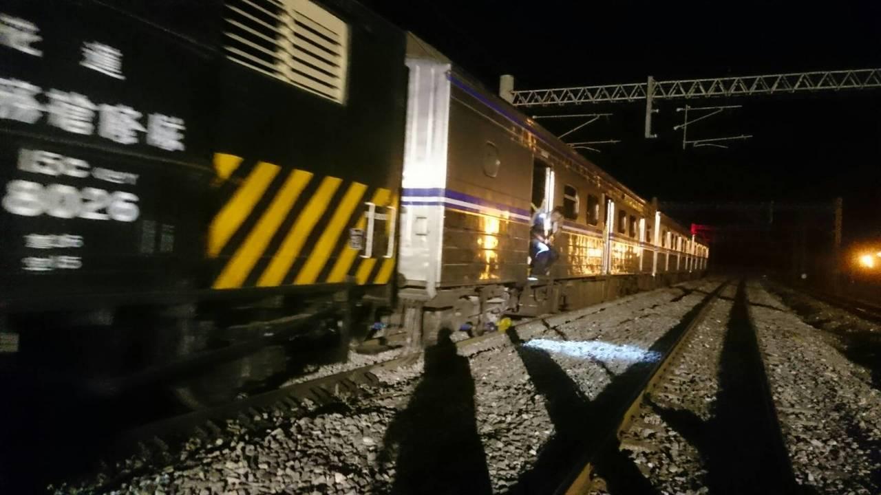 台鐵連夜搶修出軌列車。圖/台鐵提供