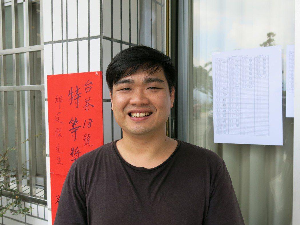 魚池莊記茶葉29歲製茶師莊鎔璞,今年在日月潭紅茶評鑑台茶18號組,一口氣包辦特等...