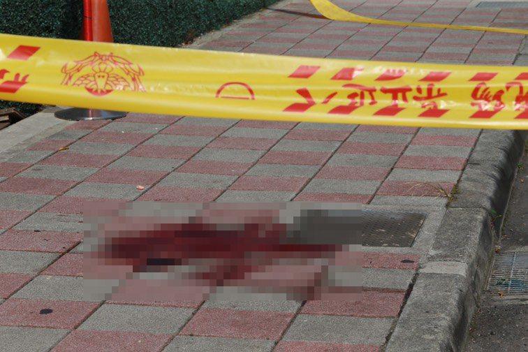 警方封鎖現場勘查,地上留有一灘血跡。記者陳柏亨/攝影