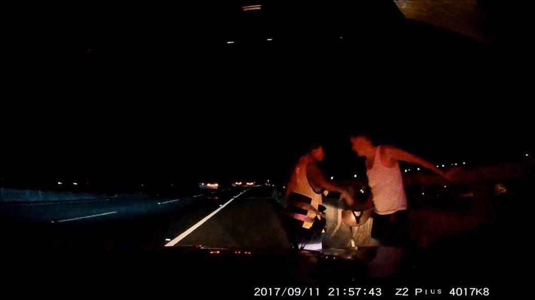 警方趕上五揚高架攔下騎機車的老人家。記者鄭國樑/翻攝