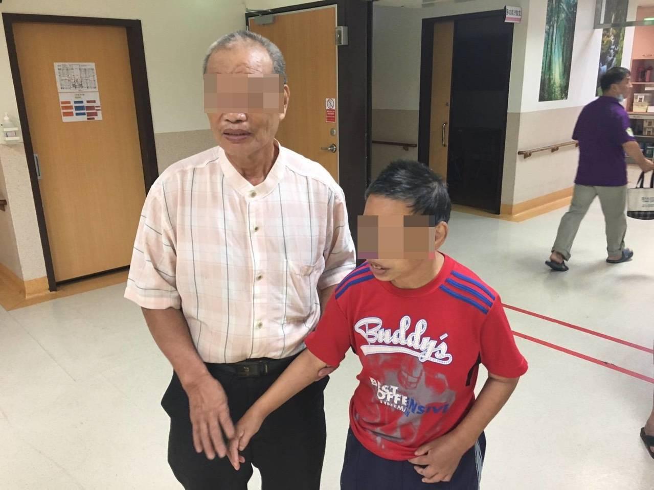 林女患有精神障礙,台中市第二警分局透過里鄰長的LINE平台,幫她找到親人。記者陳...