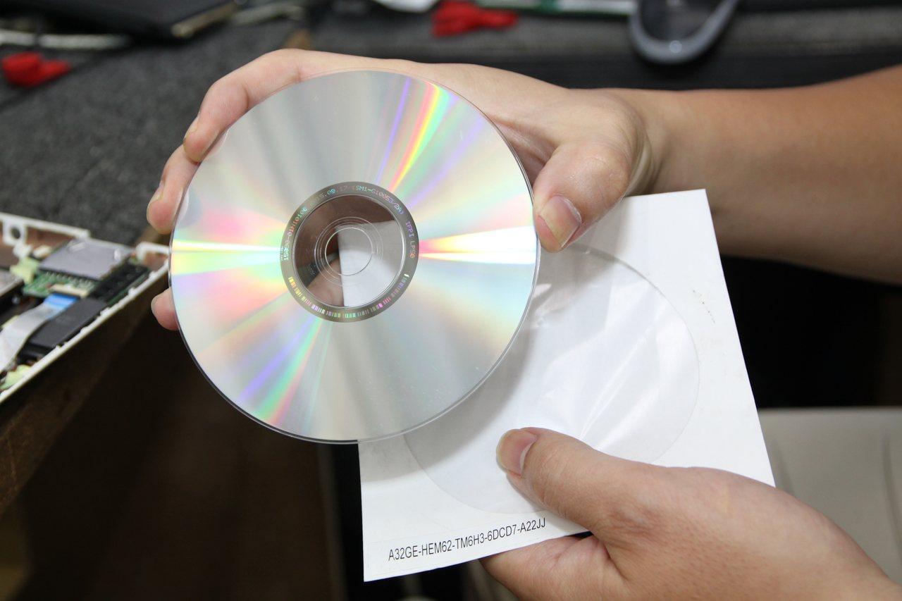 把記憶卡裡的資料轉存在光碟片裡,並做好防潮,可以保存良好10年。記者黃寅/攝影