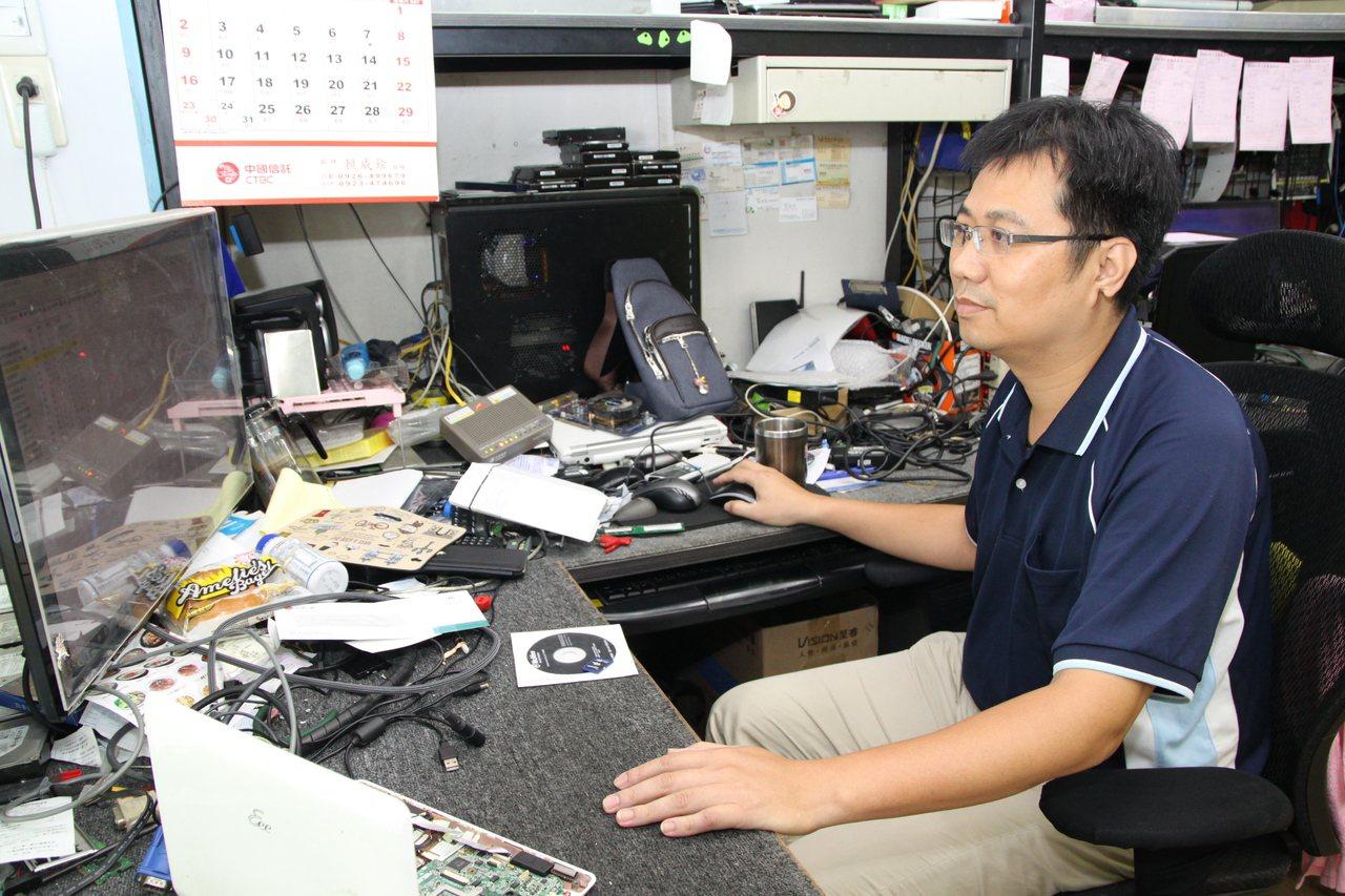 台中市快可電腦維修公司負責人黃仁澤說,多重備份是把資料永續保存的唯一方法。記者黃...