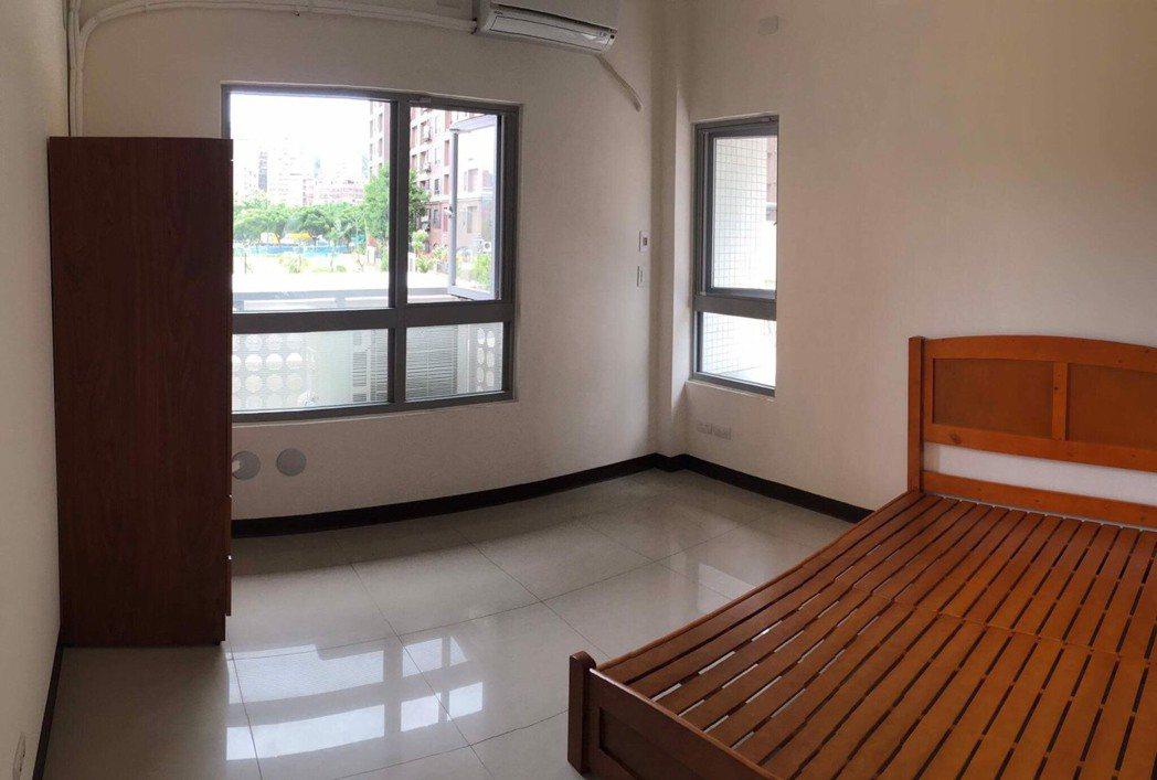 三峽北大社宅提供簡單家具讓入住戶可以使用。圖/新北城鄉局提供