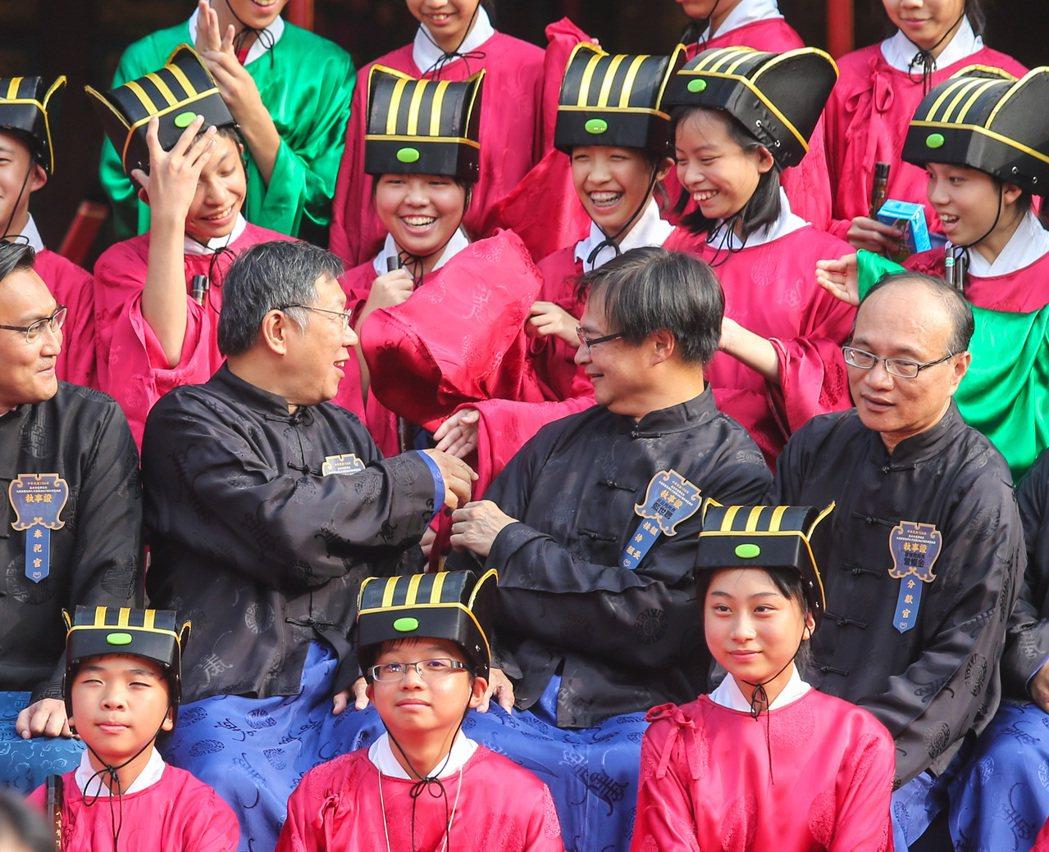 合照期間許多樂生學子搶著跟柯文哲握手留念,顯示高人氣。記者鄭清元/攝影