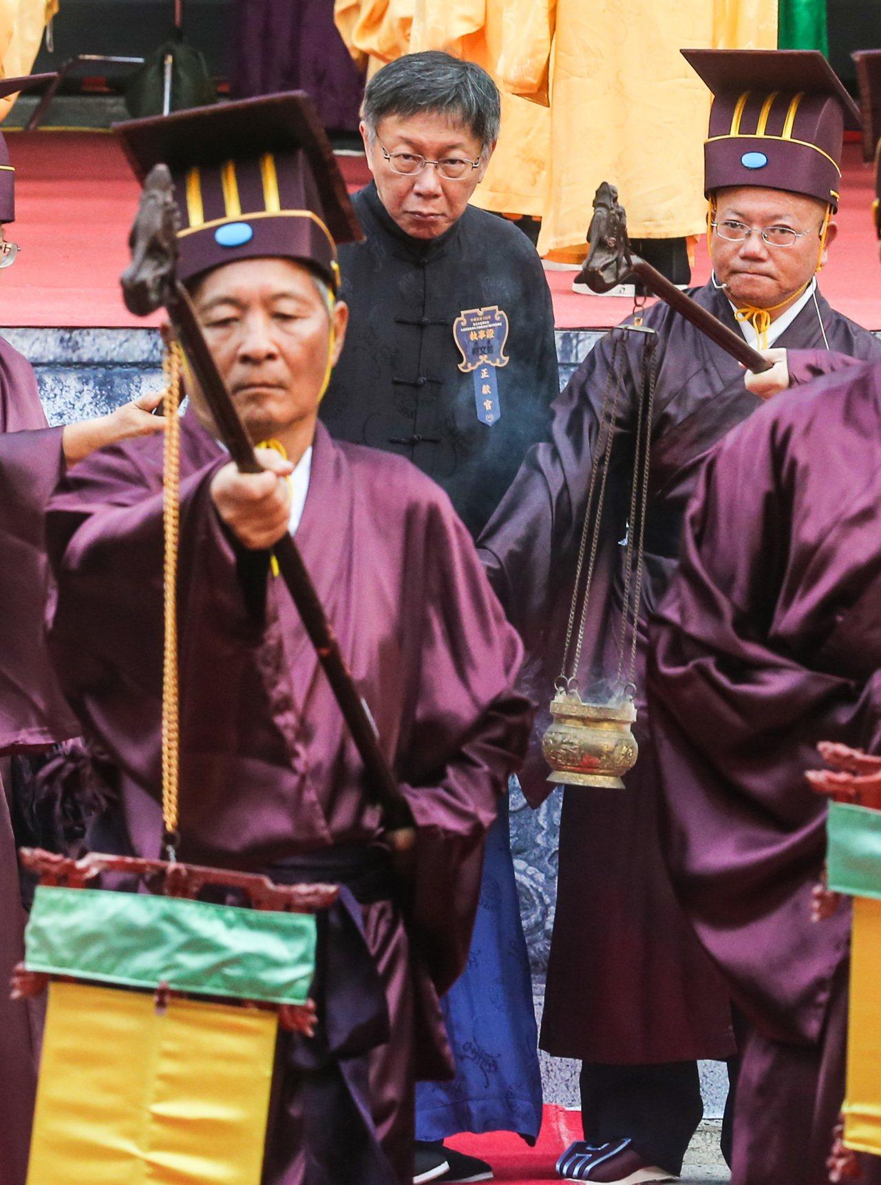 台北市長柯文哲(中)今年首度出席擔任典禮正獻官。記者鄭清元/攝影