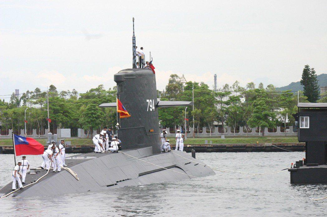 國防部說,海軍潛艦因為還沒有獨立生活空間及相關設備,以致無法開放女性任職,現階段...
