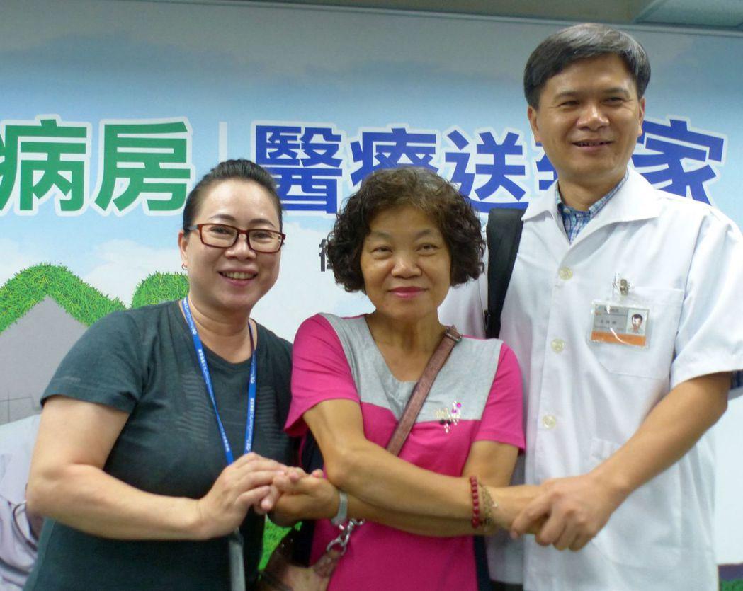 黃姓病患的妻子(中)感謝醫師呂國樑(右)、居家護理師陳麗珍(左)協助,省去就醫奔...