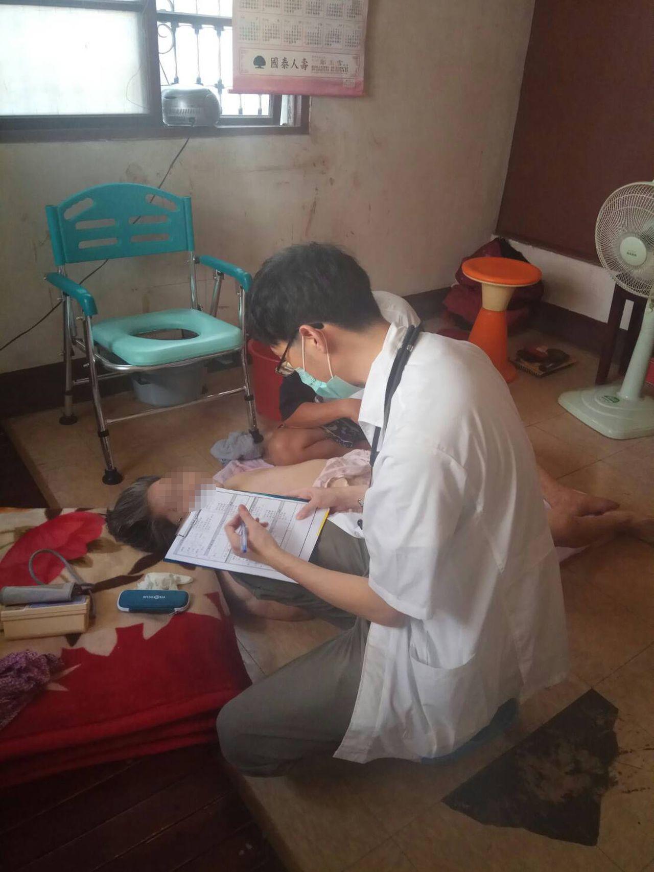 醫師蘇軒到台中市西區陳姓女病患家中,提供居家醫療協助,省去病患及家屬就醫奔波、租...