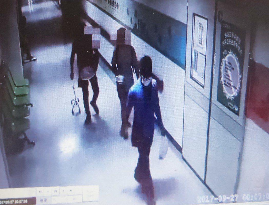 尤姓男子(右)拿藥袋裝病患,進醫院的櫃員機涉嫌提領詐款。記者林保光/翻攝