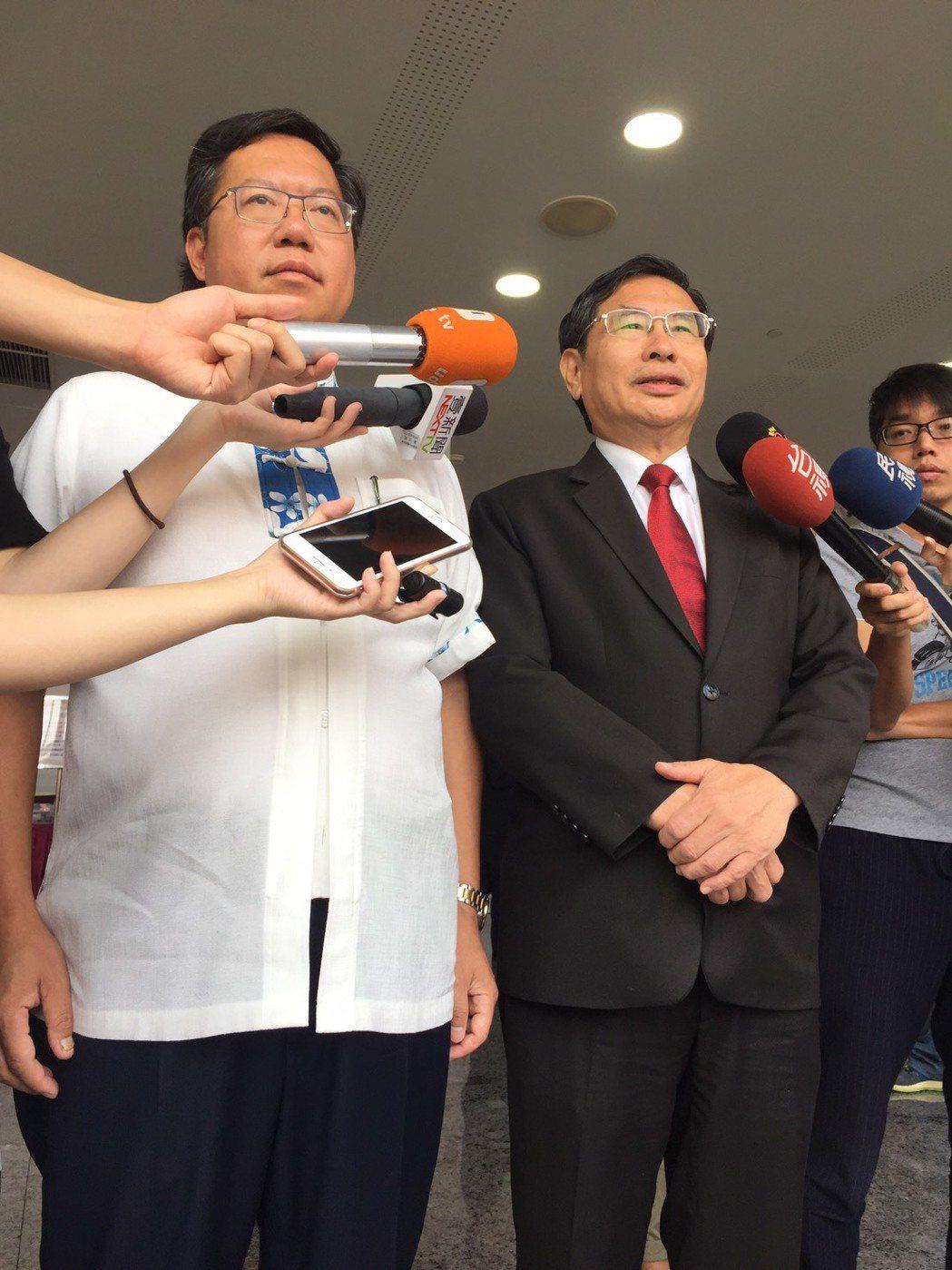 桃園市長鄭文燦(左)因國道車禍「卡住了」遲到,與柯文哲擦身而過。記者陳雨鑫/攝影