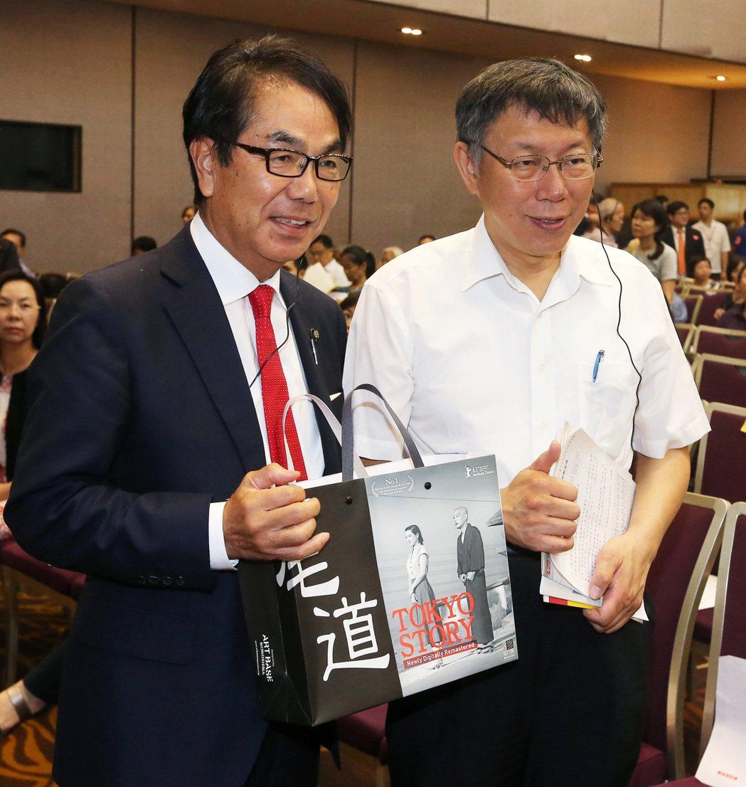 台北市長柯文哲(右)上午出席《今周刊》舉辦的「2017 幸福熟齡論壇」,並與應邀...